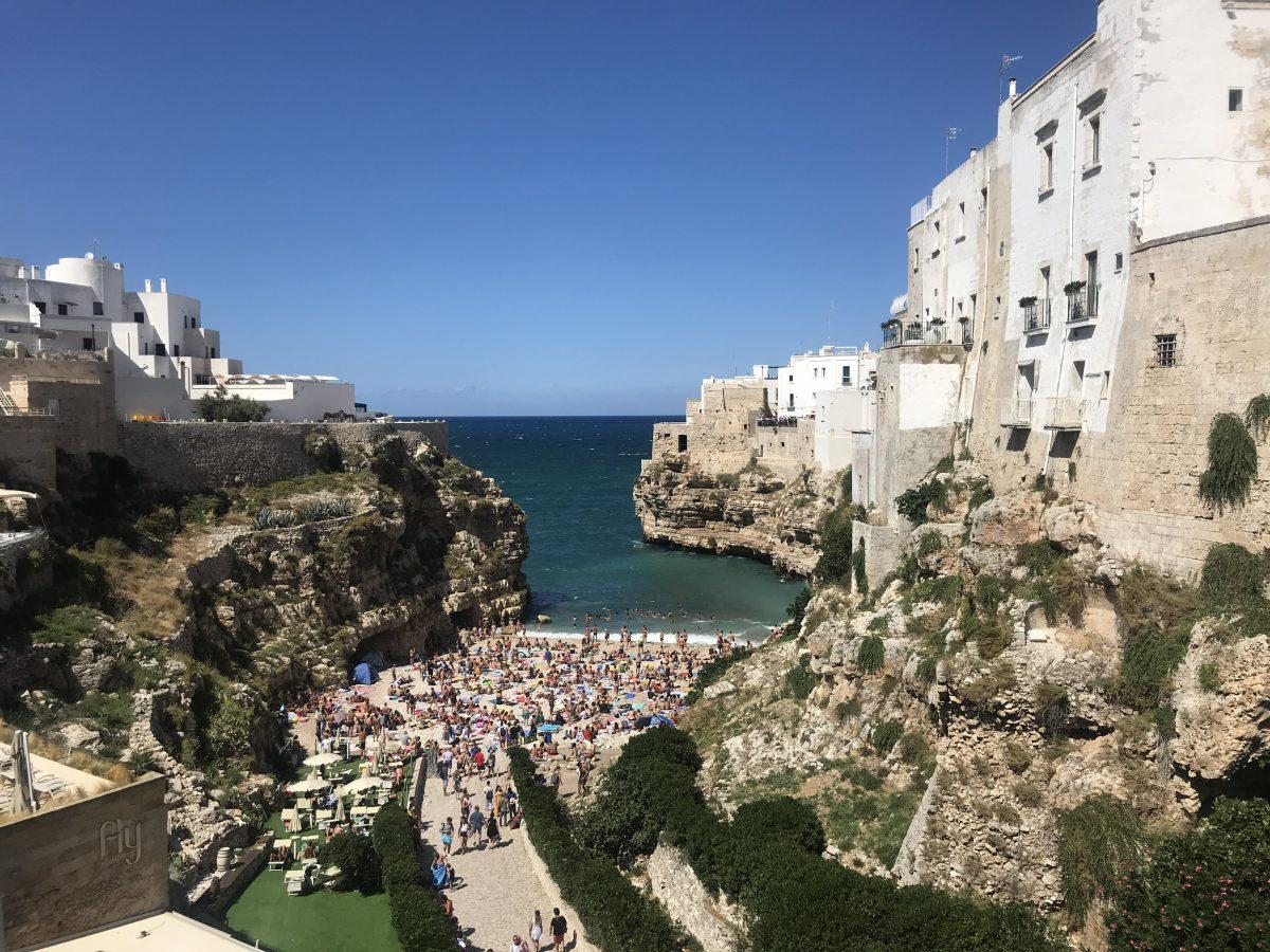 Vista da praia mais famosa de Polignano al Mare